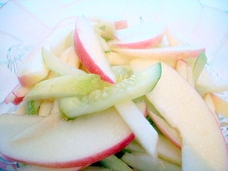 キュウリリンゴサラダ
