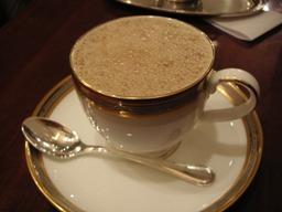 コーヒーとミルクが二つのポットから目の前で注がれました。