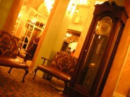 大きな時計と素敵な家具が
