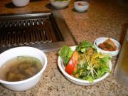 スープ、サラダ、キムチ