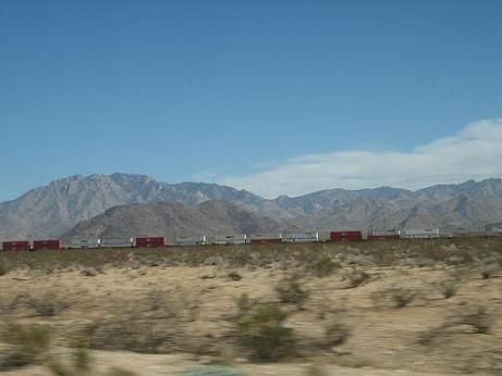 貨物列車ものんびりと