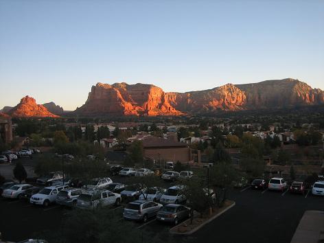 ホテルの部屋から見た朝焼けの風景