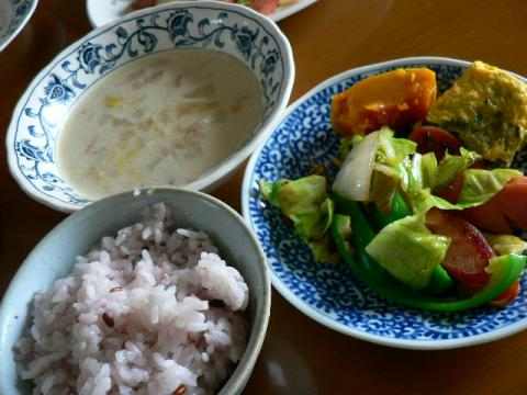 ウインナーと野菜炒め、牛乳スープ、玉子焼き、かぼちゃ