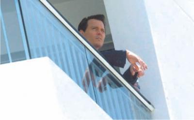 外を見るジョニー