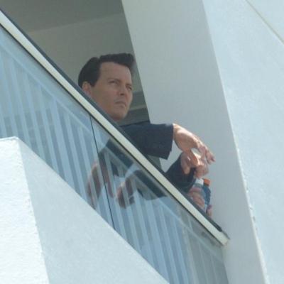 ジョニー遠くを見る