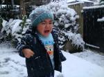 初雪で大泣き