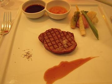 牛フィレ肉のグリル 二種のソースを添えて