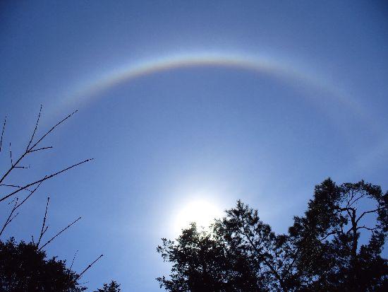 太陽を取り巻く虹