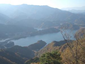 山から見た宮ヶ瀬 クリックすると画面は大きくなります。