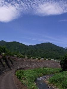 小鮎川と辺室山 クリックで拡大