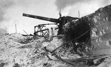 タラワ環礁ベティオ島で破壊された日本軍のヴィーカース社製8インチ海岸砲