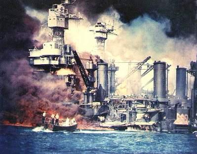 真珠湾攻撃で炎上中の米戦艦ウェストバージニア