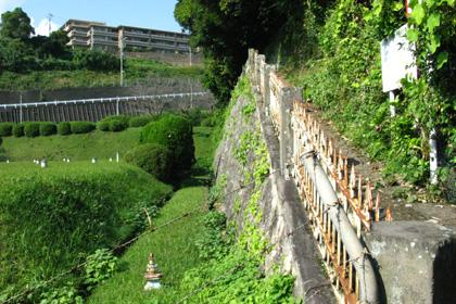 トンネルの上の小道