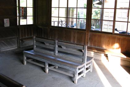 嘉例川駅の待合室の木の椅子