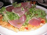 生ハムと野菜のピザ
