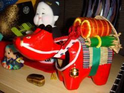 みっちゃんのお土産。会津の赤べこ。さすがポンファミリーの好きなものを分かっている・・・。