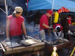 外ではおいしそうな秋刀魚や貝を焼いてました