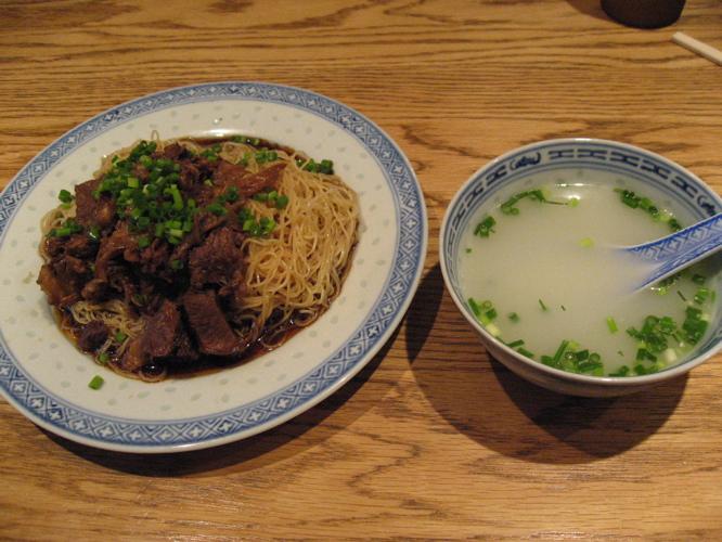 新記牛バラ撈麺とスープ