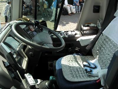 選手バス運転席