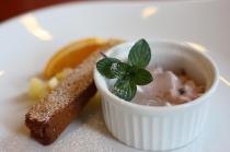 苺のムースとカラメルケーキ