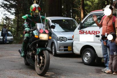 颯爽とバイクに乗り走り去る仮面ライダー