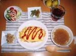 オムライスとコンソメスープとサラダ