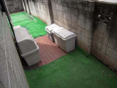 人工芝とごみ箱