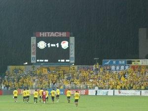試合後、雨が降り出してきた。