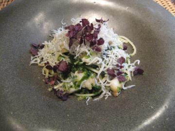 スズキ、シラス,糸青海苔と木の芽のソースのリングイネ