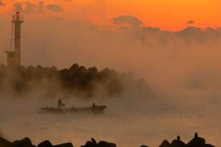 朝霧と漁船 日の出写真 09/01/25