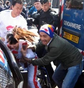 トーチを奪おうとするチベット人(?)