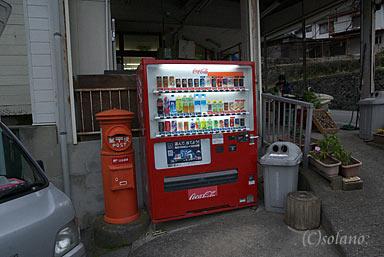 大行司駅近くの商店前にある丸ポスト