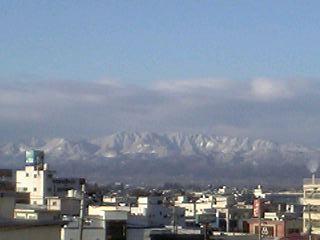 朝日に照らされた山々