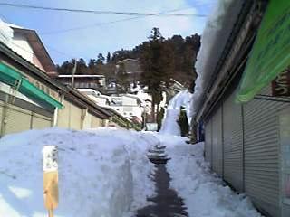 飯盛山参道入口、雪に埋もれ気味