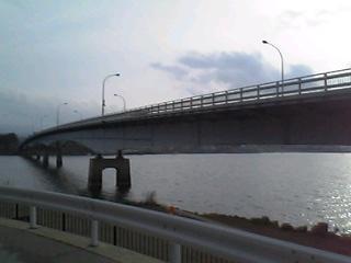 産屋ヶ崎から眺めた河口湖大橋。