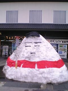 雪の起き上がり小法師