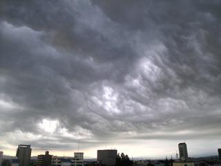 不気味な暗雲
