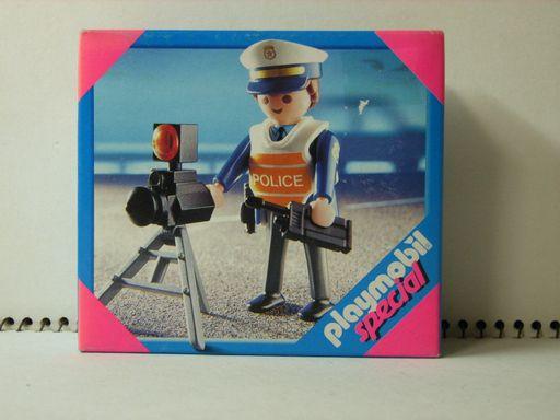 プレモ、交通課の警察官 1