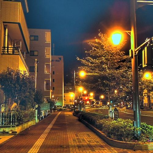 夜中の帰り道・・・人も車もあまり通らない時間。でも信号無視すると後ろからパトカーが「信号守ってください!」って・・・
