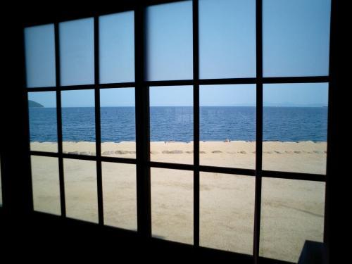 窓から見た海