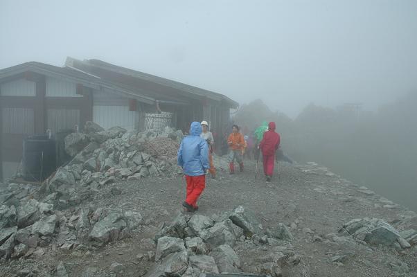 雨に霞む雄山神社社務所