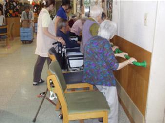 東京都 足立区 介護老人保健施設(入所・デイケア・通所リハビリ) 千寿の郷 転ばないぞ体操 立ち上がり