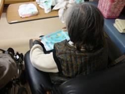 東京都 足立区 介護老人保健施設(入所・短期入所・ショートステイ) 千寿の郷 タオルたたみ リハビリ (2)