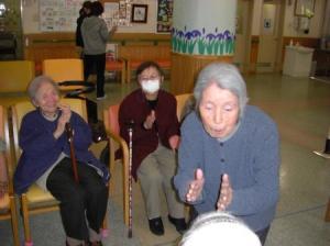 東京都 足立区 介護老人保健施設(入所・短期入所・通所リハビリ) 千寿の郷 デイケア 食休みの出来事 踊り みんなの笑顔が見たいから