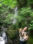払沢の滝で、フェスタと私。