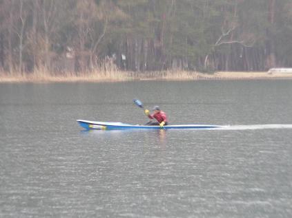 カヌーを漕ぐおじさん