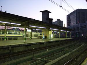 夜明けの駅構内