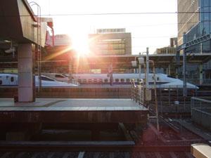 朝日を受ける東海道新幹線(手前からN700系、300系、700系)