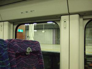 かつての賑わいが嘘のように静まり返っている上野駅地下ホーム