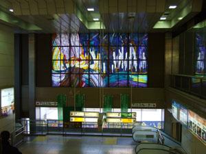 昔から変わらぬ駅構内のステンドグラス